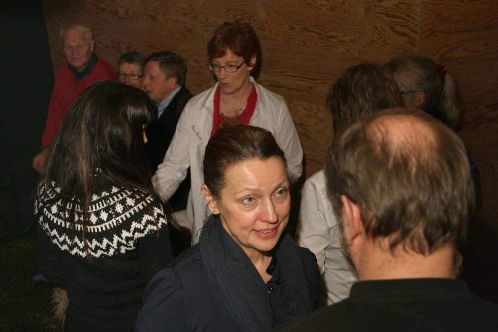 Homeopaten Elisabet Balbo diskuterar med Ulf Lindgren (med ryggen mot kameran) som är en av delägarna till Salve Hälsocenter.