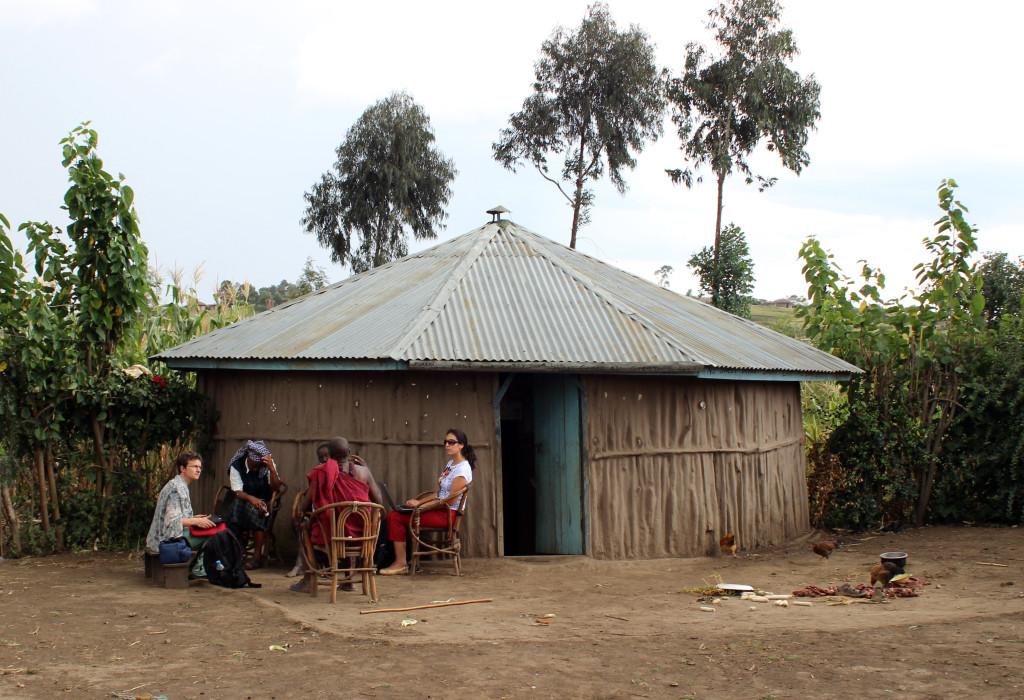 Anna Konsultation utanför Massaj-hydda